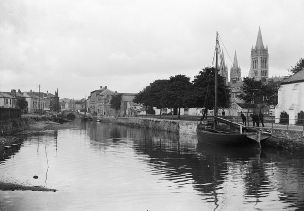 View up to the Lemon Bridge. The Cathedral is completed, and a barge can be seen off the green. Photographer: Arthur Philp