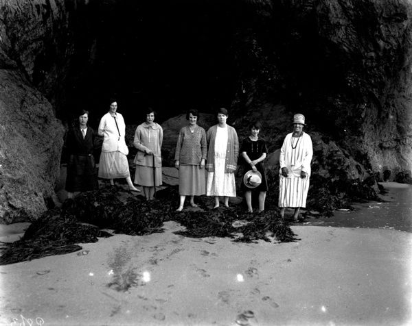 Arthur William Jordan's staff on outing at Perranporth beach. Photographer: Arthur William Jordan
