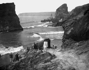 A party of people at Bedruthan Steps, St Eval, Cornwall. 1910-1920